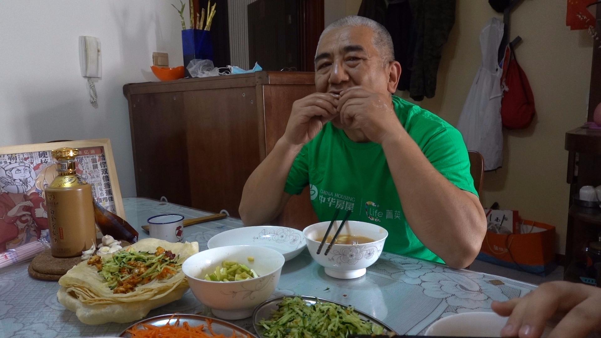 【老司马的日常食堂】司马做卷饼配上胡萝卜丝黄瓜丝绿豆芽清淡爽口,疙瘩汤嘛,翻车了