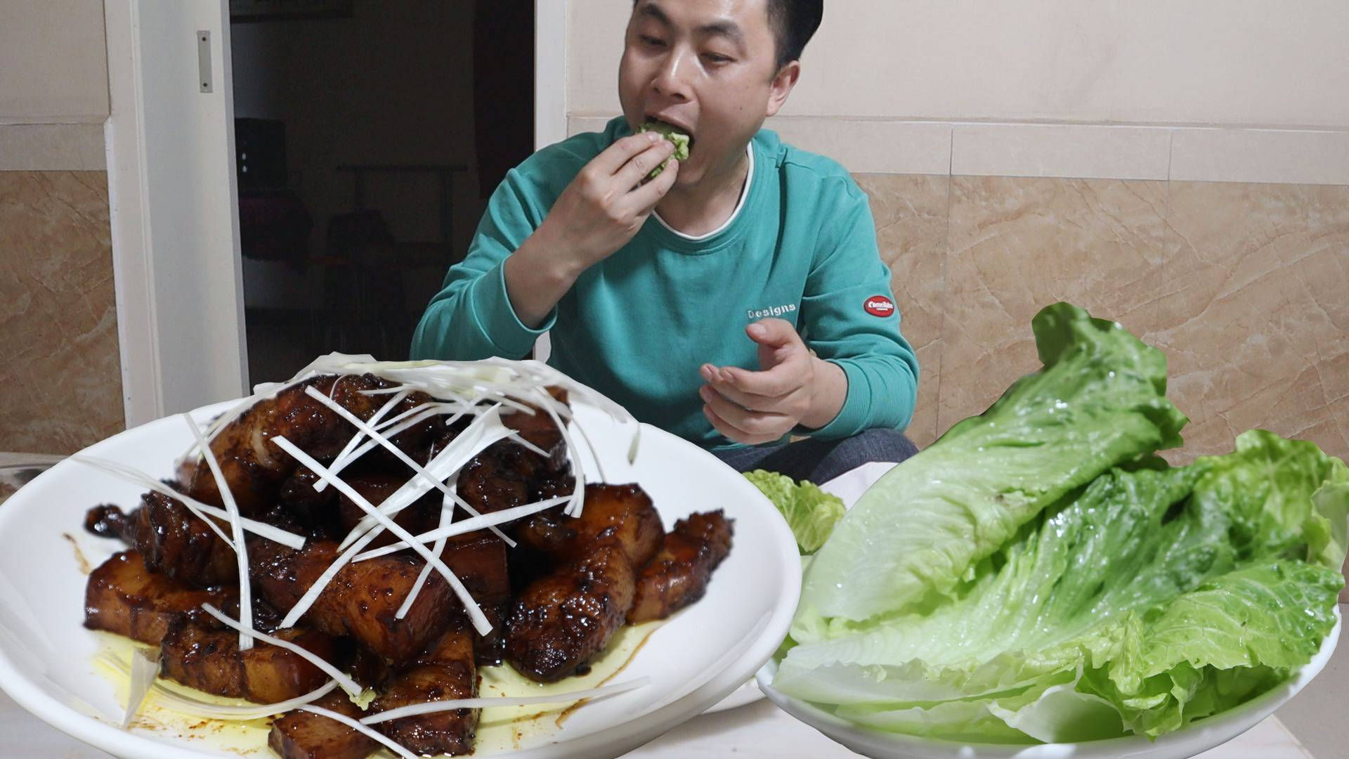 去地里摘完枇杷,回家晚上做了红烧肉,用生菜包着吃,好吃不上头