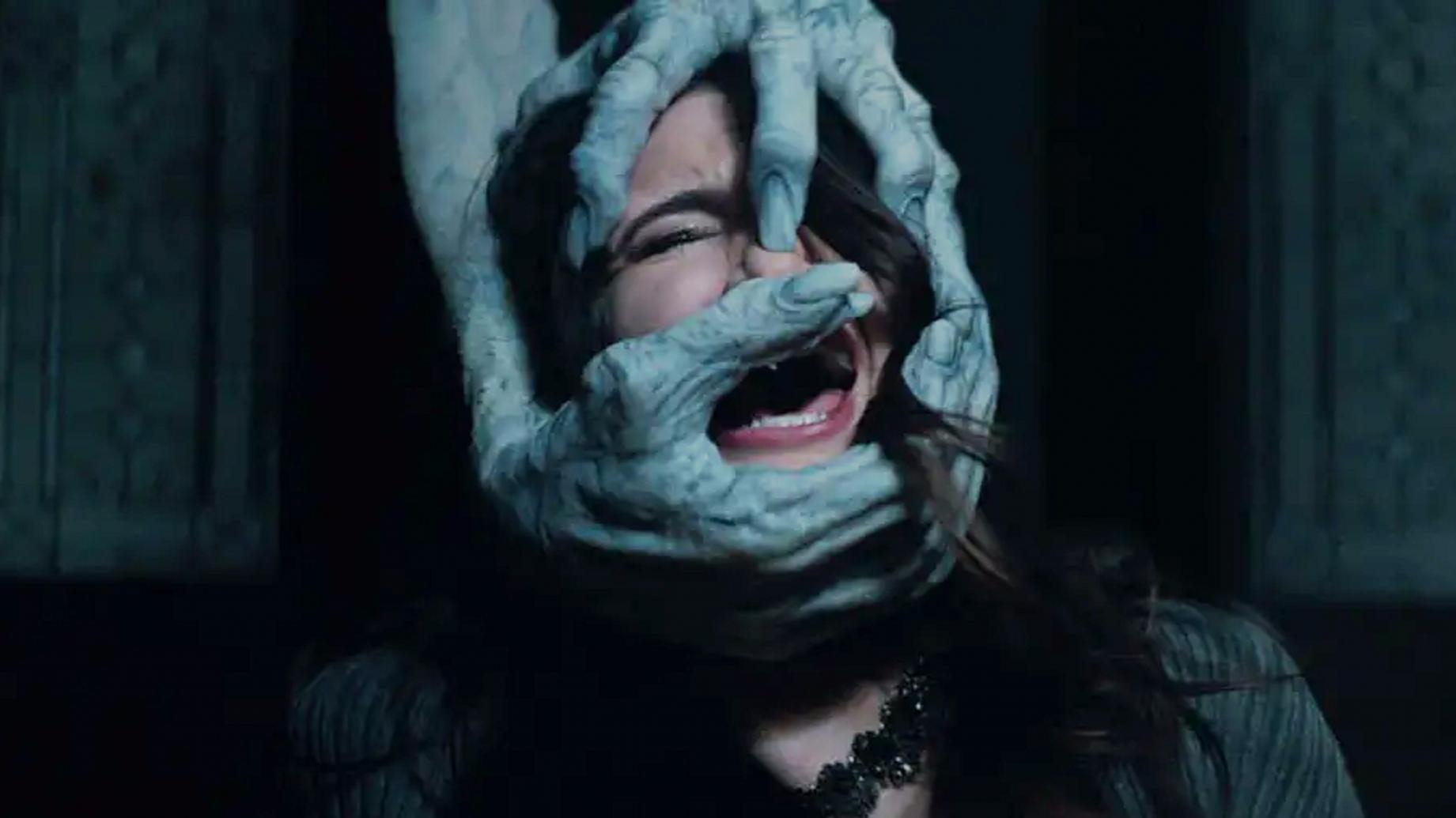 """【二哈】妹子乱拍照,结果被""""怪物""""缠上,一部搞笑的恐怖片"""