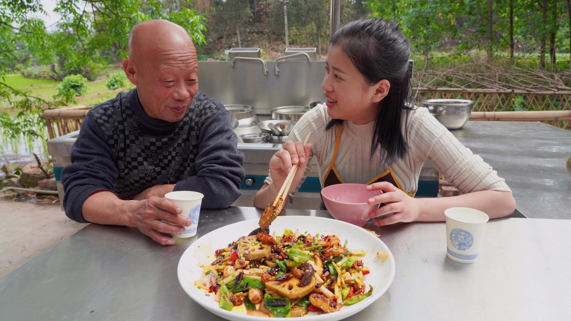 漆二娃vlog:相当霸道的麻辣香锅完成,多亏了师父的干辣椒