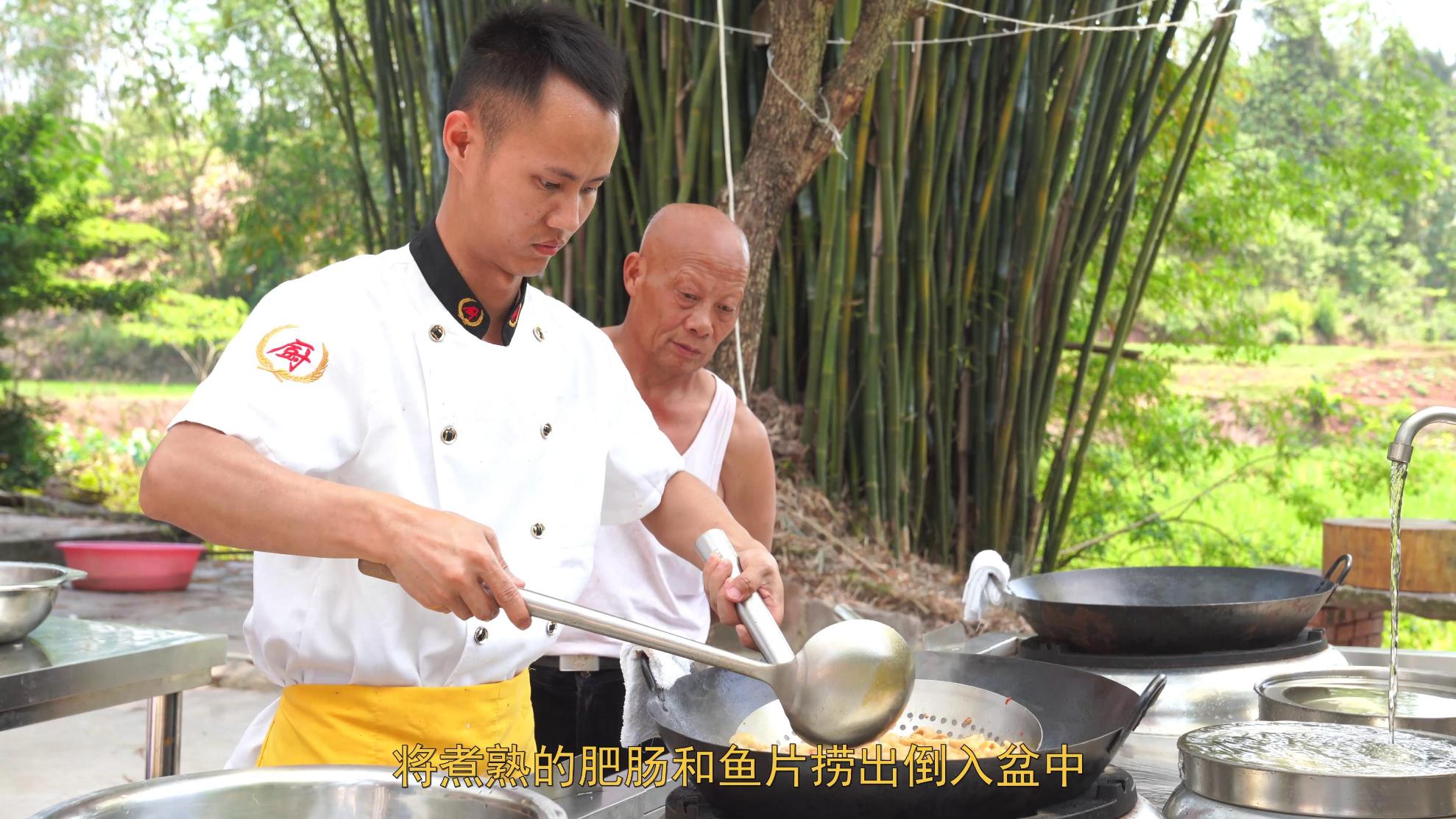 """厨师长分享:""""肥肠鱼""""的家常做法,鱼和肥肠的美味兼得,味道赞"""