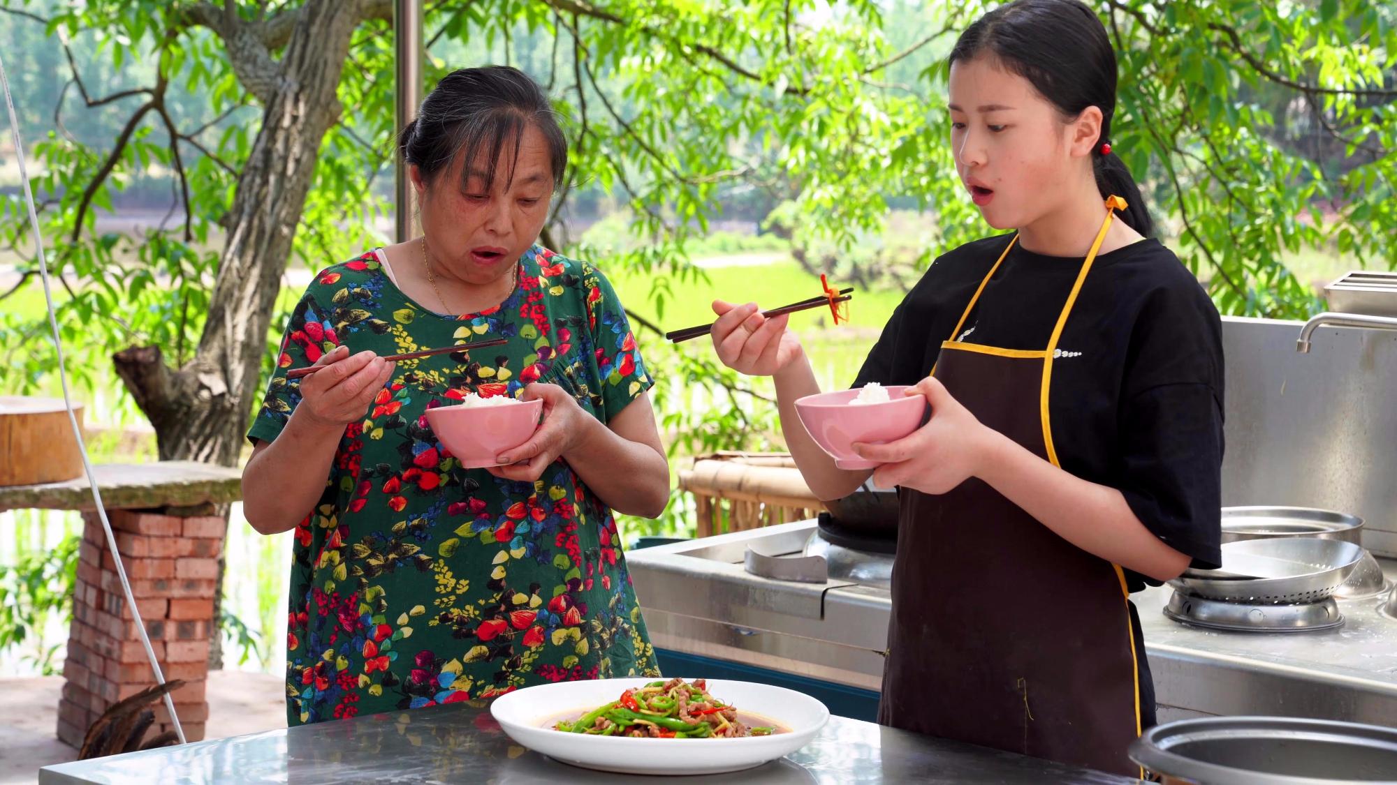 漆二娃vlog:今天的青椒牛肉丝好吃又下饭,可惜四伯爷不在家