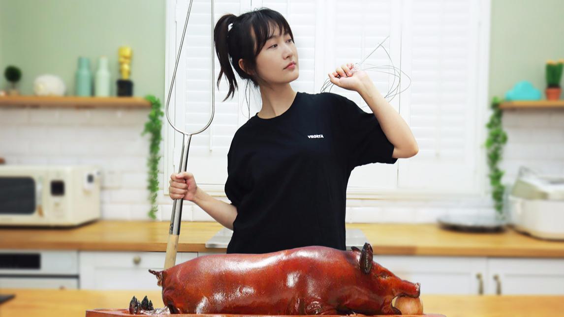 买一整只乳猪回家烤,烤到手腕酸得动不了...