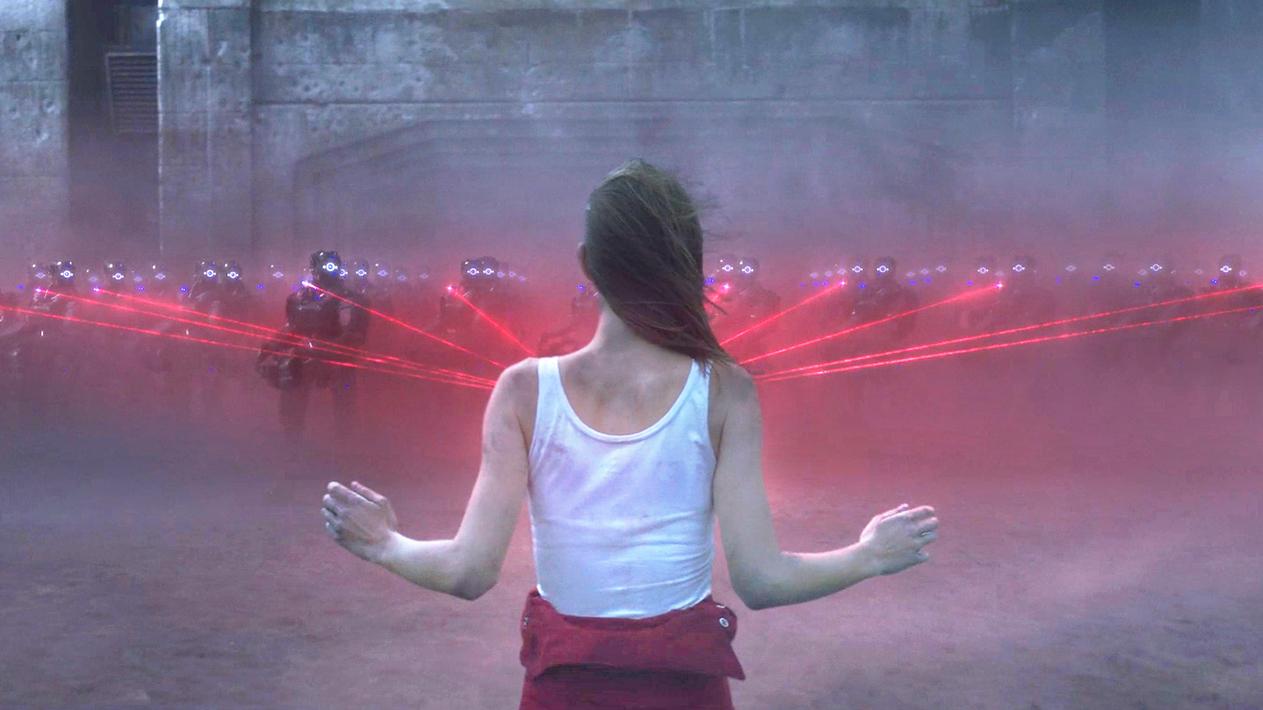 人类灭绝之后,机器人养大了一个女孩,可女孩却发现了恐怖的真相!速看科幻电影《吾乃母亲》