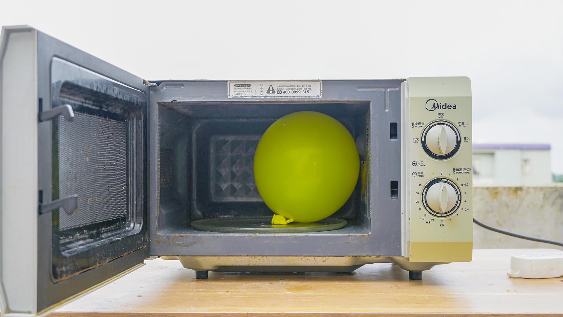 """将""""气球""""放进微波炉里面加热,气球会破吗?"""