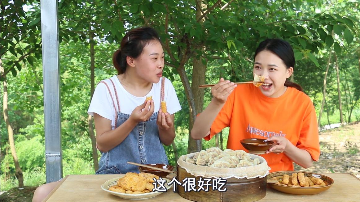 秋妹和姐姐今天吃蒸饺,配上爆浆鸡排,一口咬下去满嘴香,看饿了