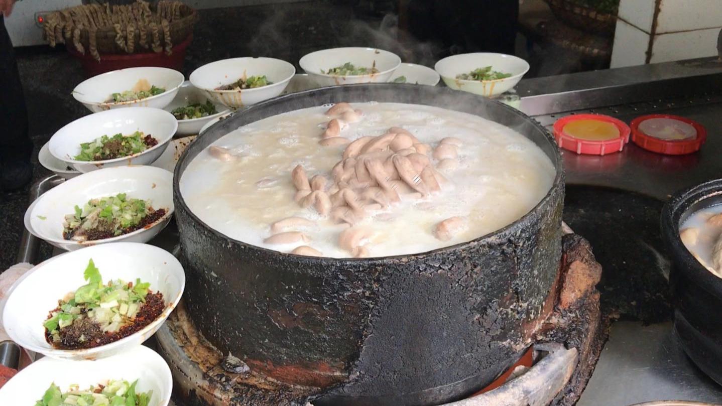 这碗肥肠粉成都人吃了30年,一大锅肥肠熬汤,美味全在碗底