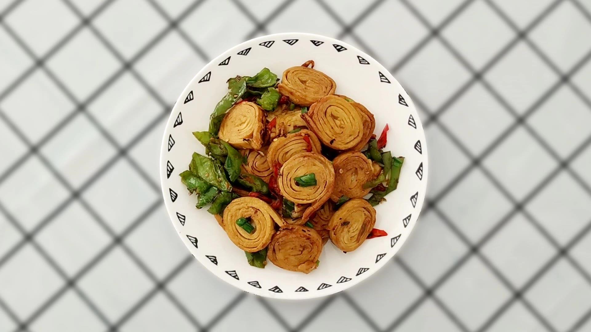 臭豆腐卷简单又好吃的做法,一煎一炒,香辣美味又下饭