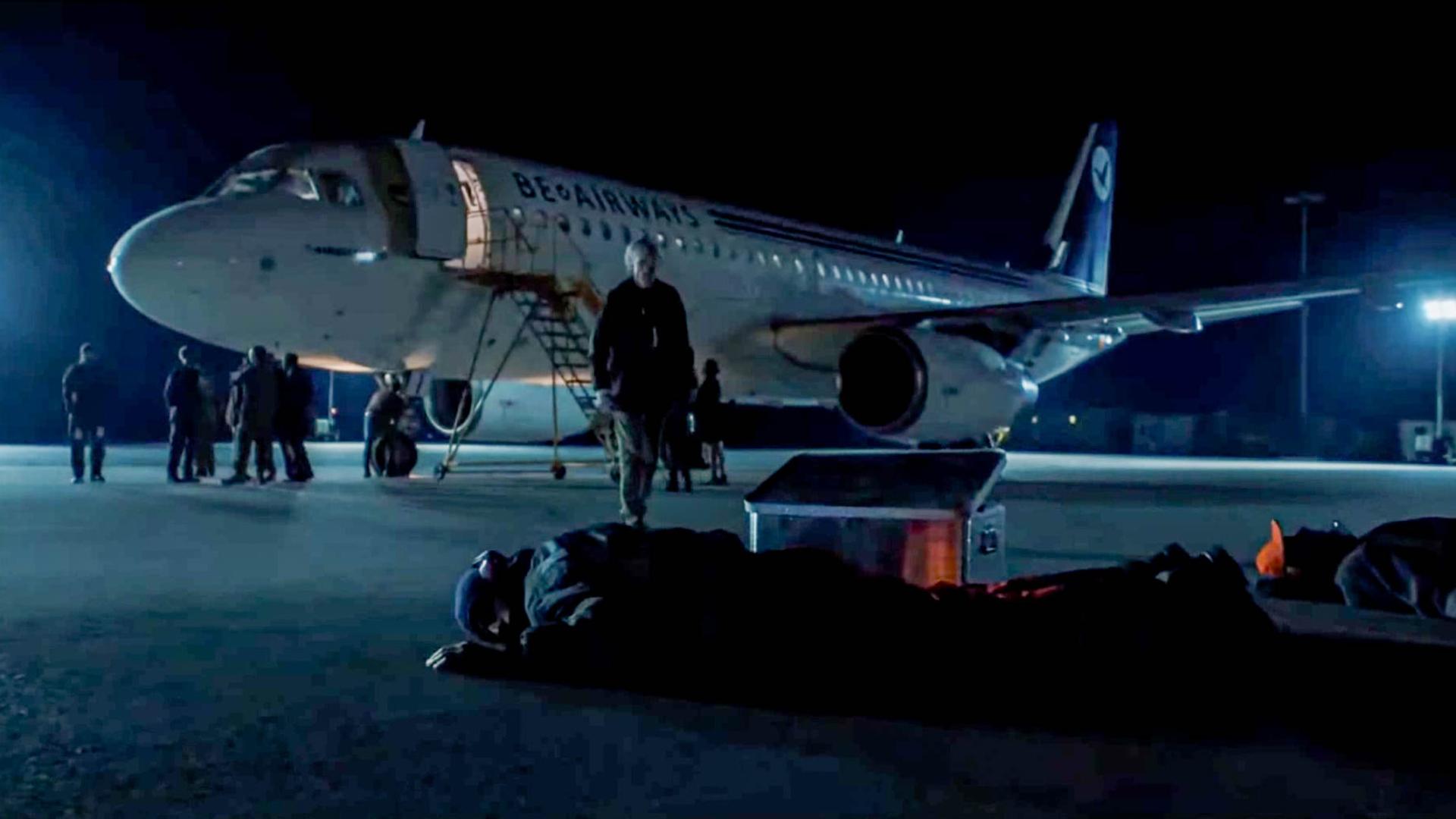 飞机刚降落,却发现地上的人几乎都死了,得知原因脸色巨变