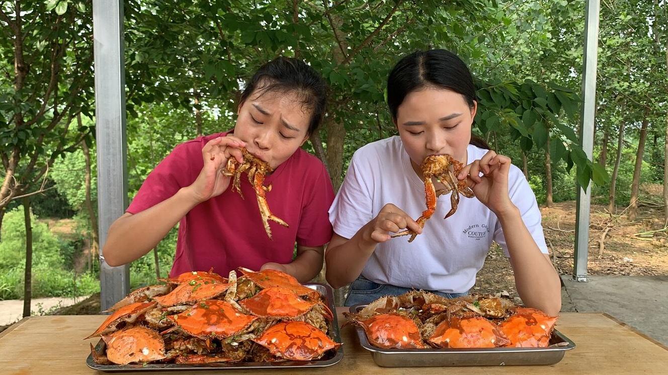 秋妹和姐姐花300多元买20斤梭子蟹,炸了2大盘,肉质鲜美,吃嗨了