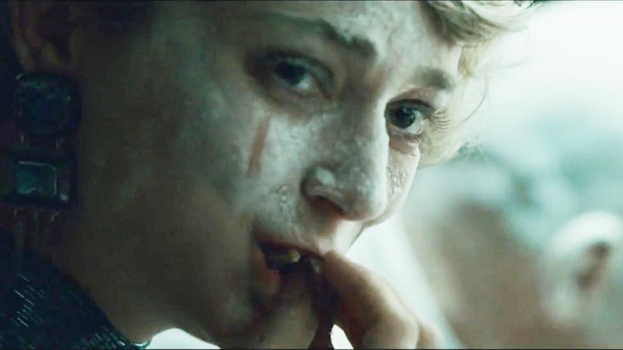 女孩为了融入群体,强忍恶心含泪抢食,最后却坠入地狱