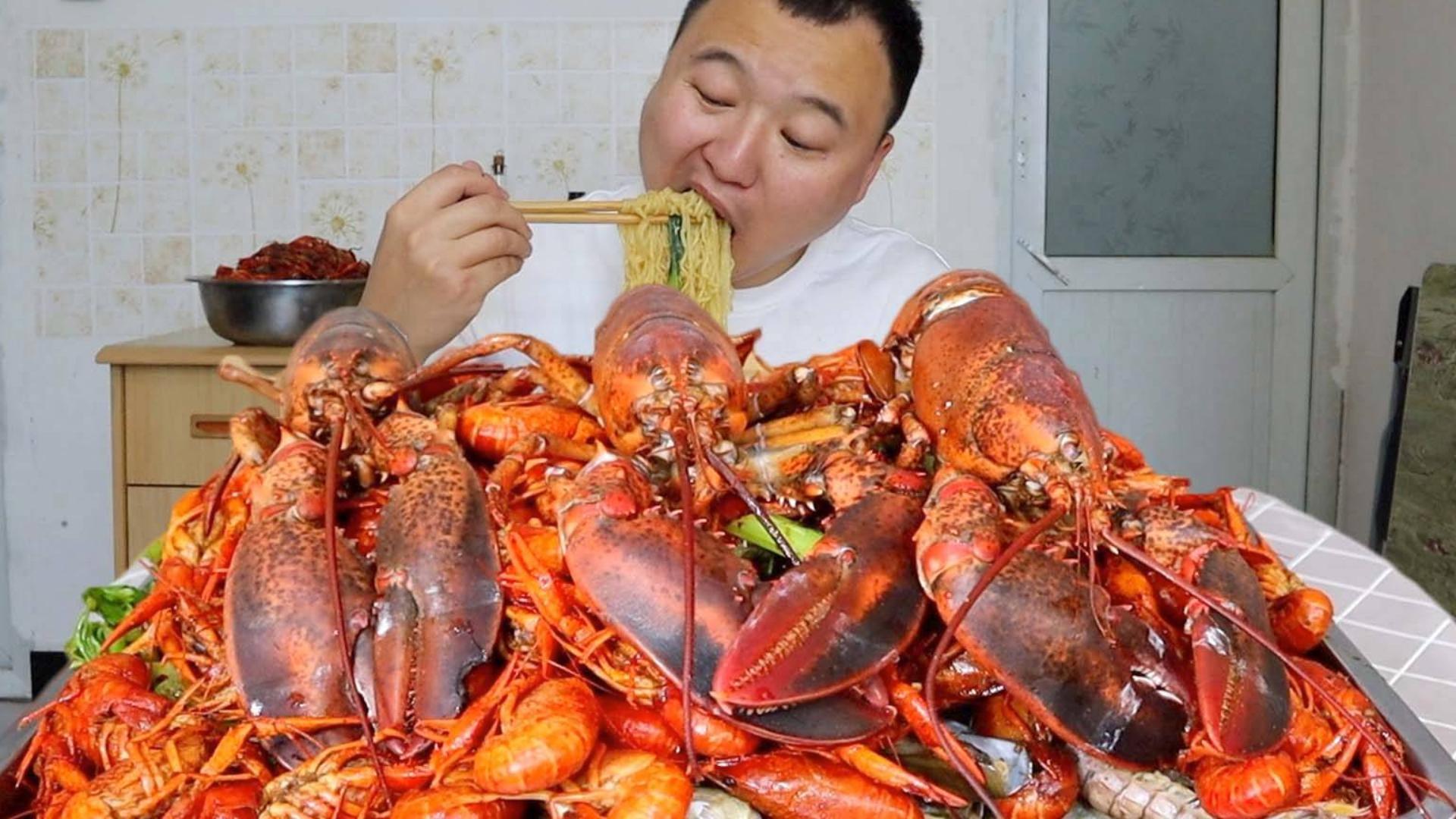 小伙3波士顿龙虾,6斤小龙虾,各种蛤蜊做海鲜咖,2泡面,过瘾