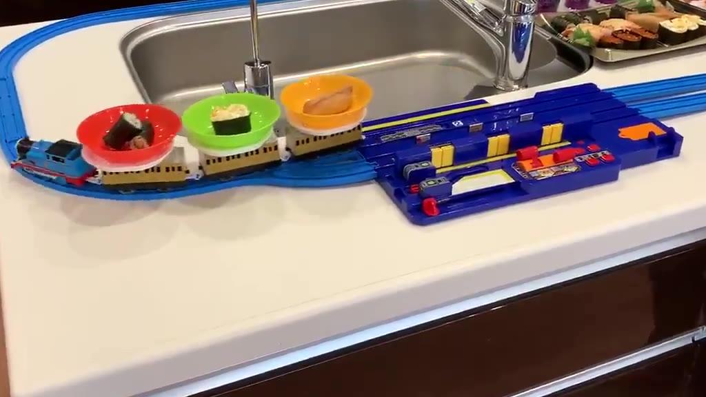 用这个小火车玩具,在家里也能吃到回转寿司了