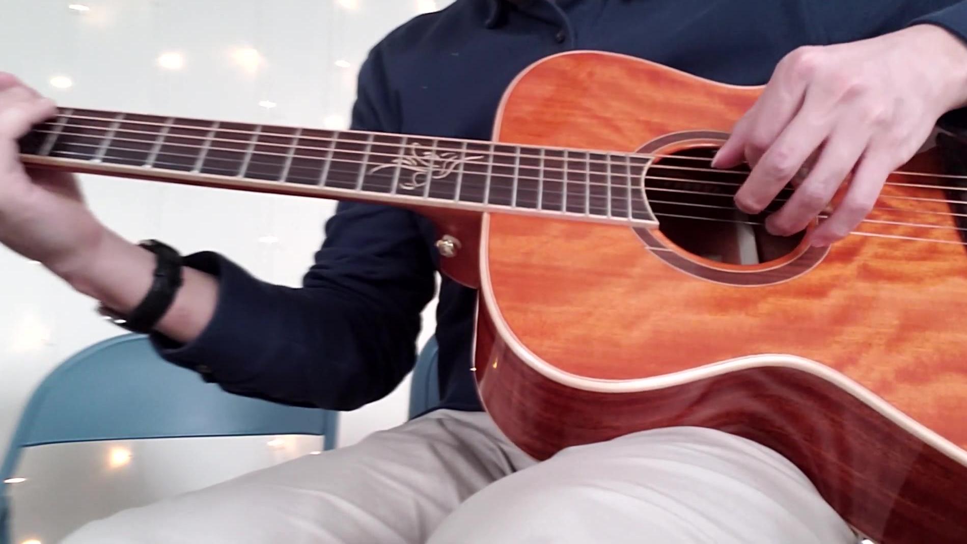 这个小哥哥弹吉他真好听哈哈哈
