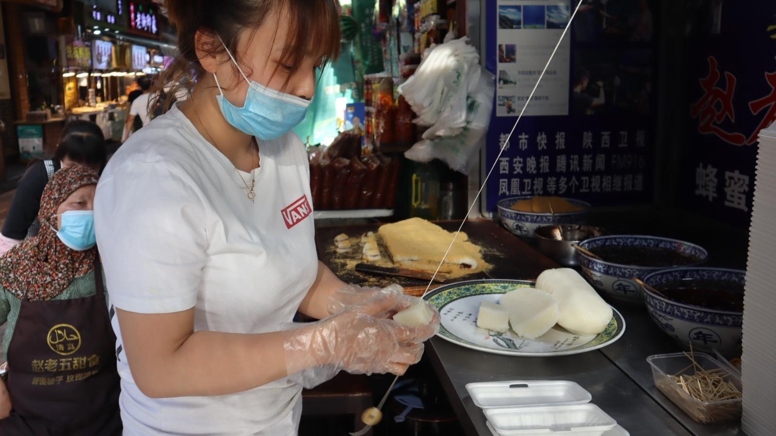 西安传奇甜食店,用一根绳子代替刀子,祖祖辈辈干了三代人!