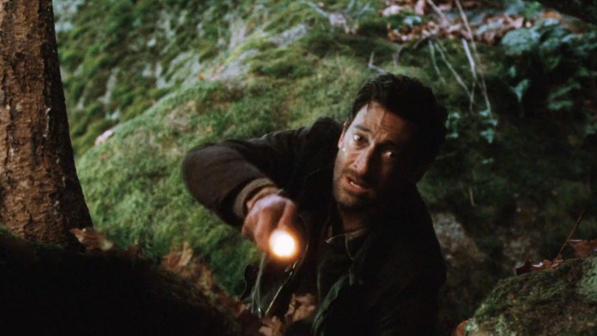 男子被困荒野,在个山洞意外发现手机,却被里面的景象吓到
