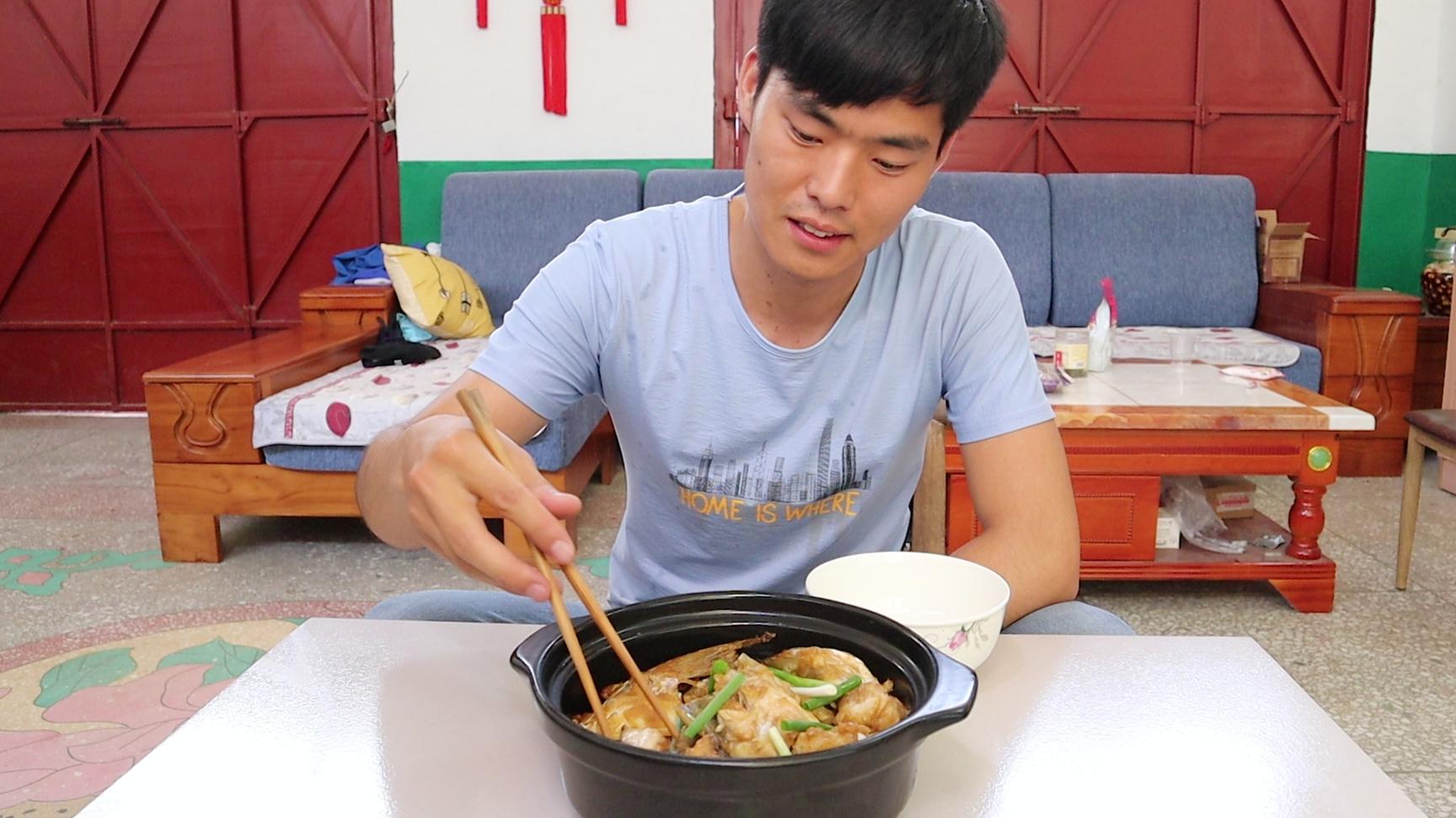 小宋今天做蒜香砂锅鱼头,出锅香气瞬间扑鼻,简直比饭店的还好吃