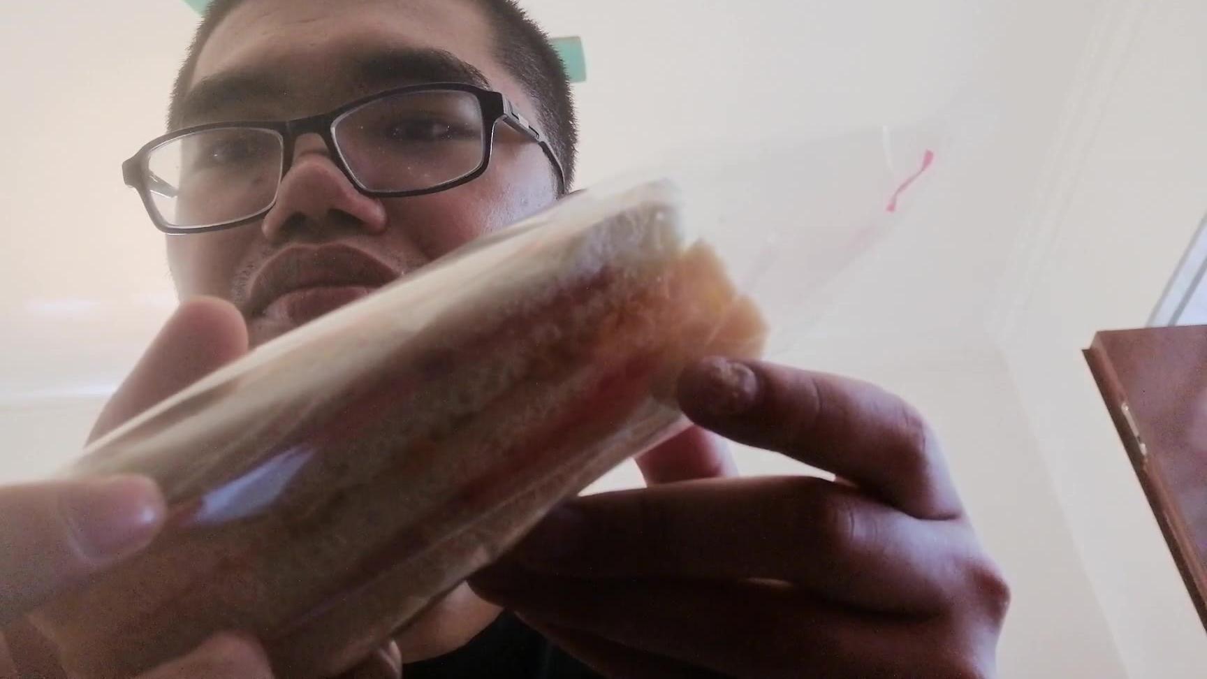 在吃三明治