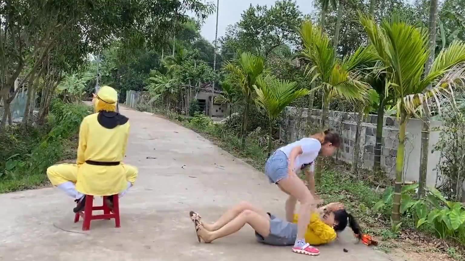 《恶搞喜剧3》两个美女为了孙悟空打架,结果美女吓的跳起来跑?