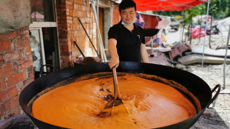 襄阳小伙卖小吃,10几年全凭一锅汤,大锅一次要熬200斤,真厉害