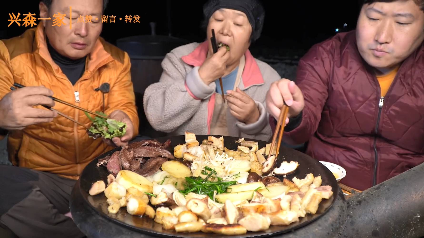 洋葱小碗加上美味的烤牛肠,再喝一口小酒,搭配在一起太好吃了!