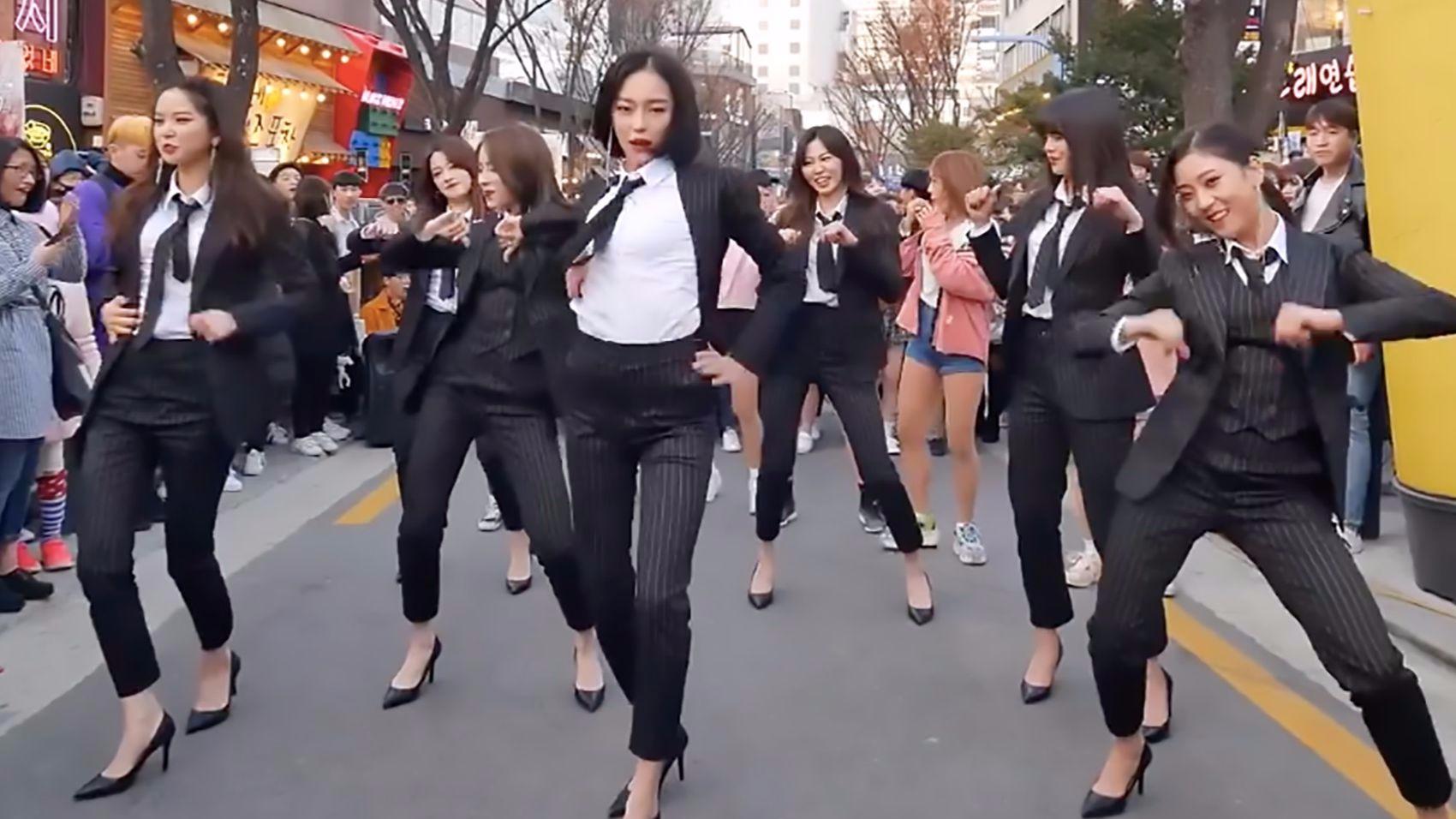 一不小心就把原唱引出来了,下次再也不敢在公共场合跳舞了!