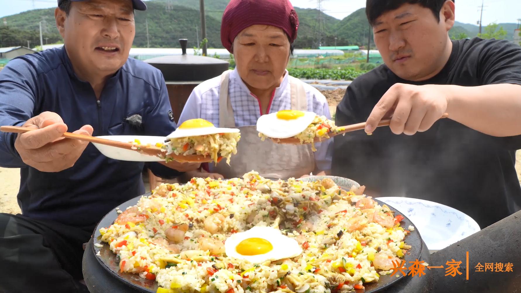 米饭配上鲜美的蛤蜊和虾肉,再加上脆口彩椒,海鲜炒饭太好吃了!