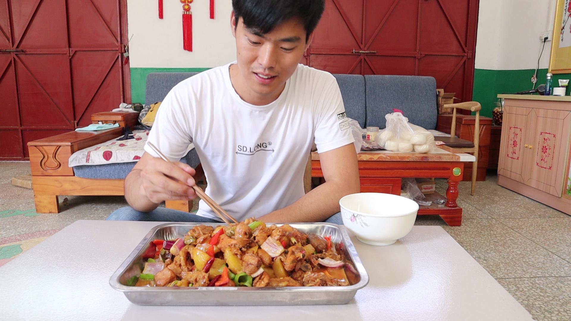 小宋今天做大盘鸡,出锅色香味俱全,刚上桌就忍不住咽口水