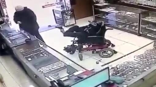 双手残疾脑瘫青年用脚持枪抢劫珠宝店