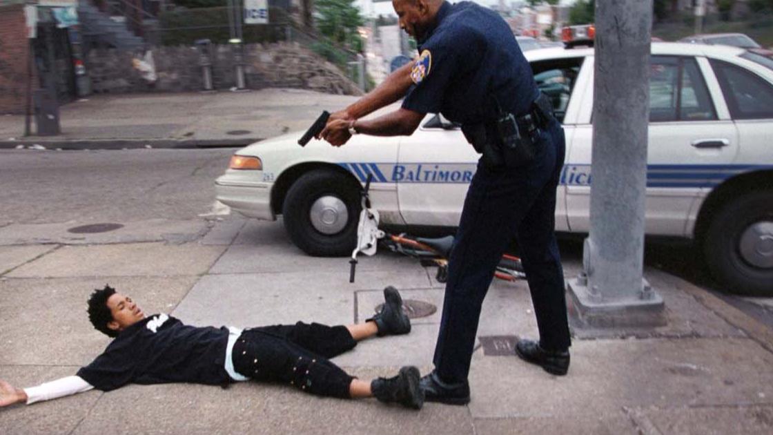 谋杀!美国黑人被白人警察单膝压颈施暴致死,曾高喊:我没法呼吸