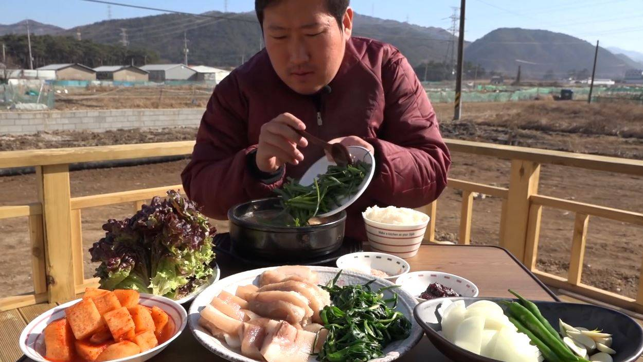 猪头肉泡饭再搭配各种小菜,真的是很美味!