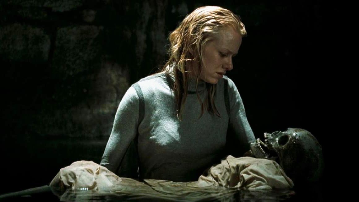 这部恐怖片好多人不敢看第二遍,一盒诅咒录像带牵出枯井女尸诅咒