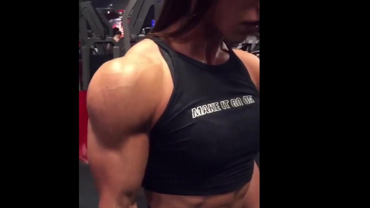 【健身福利】健身房肌肉的手臂肌肉太大了,真想摸一下!