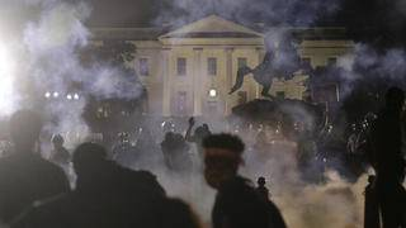 """白宫附近""""总统的教堂""""遭纵火,警察向抗议者发射催泪弹"""