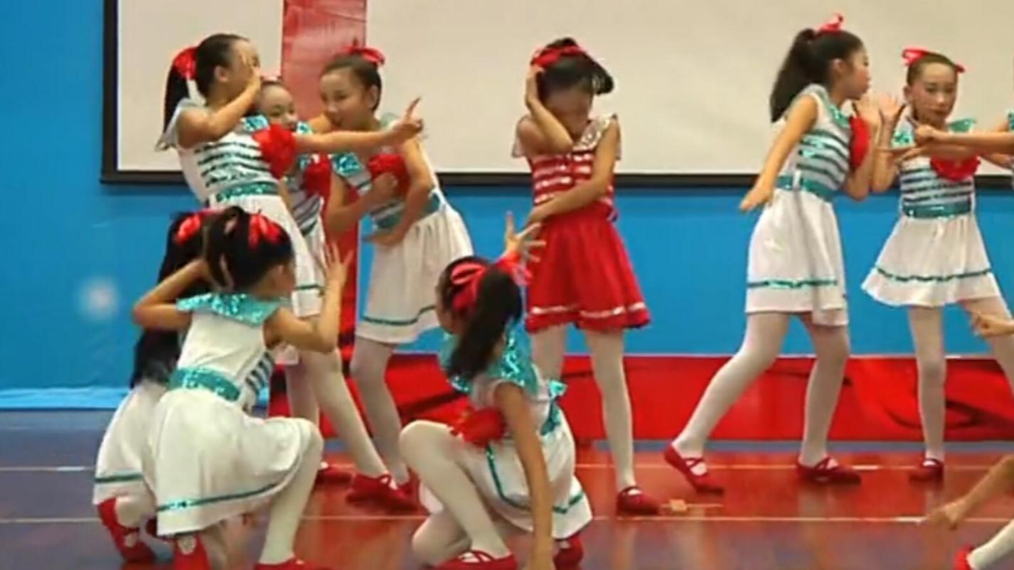 小学女生们表演手拉手之舞蹈
