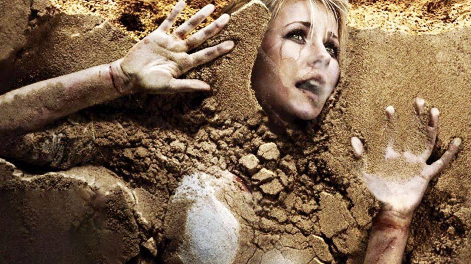 女模特被关入流沙玻璃缸,沙子从头顶灌入将要窒息,结果意外不断
