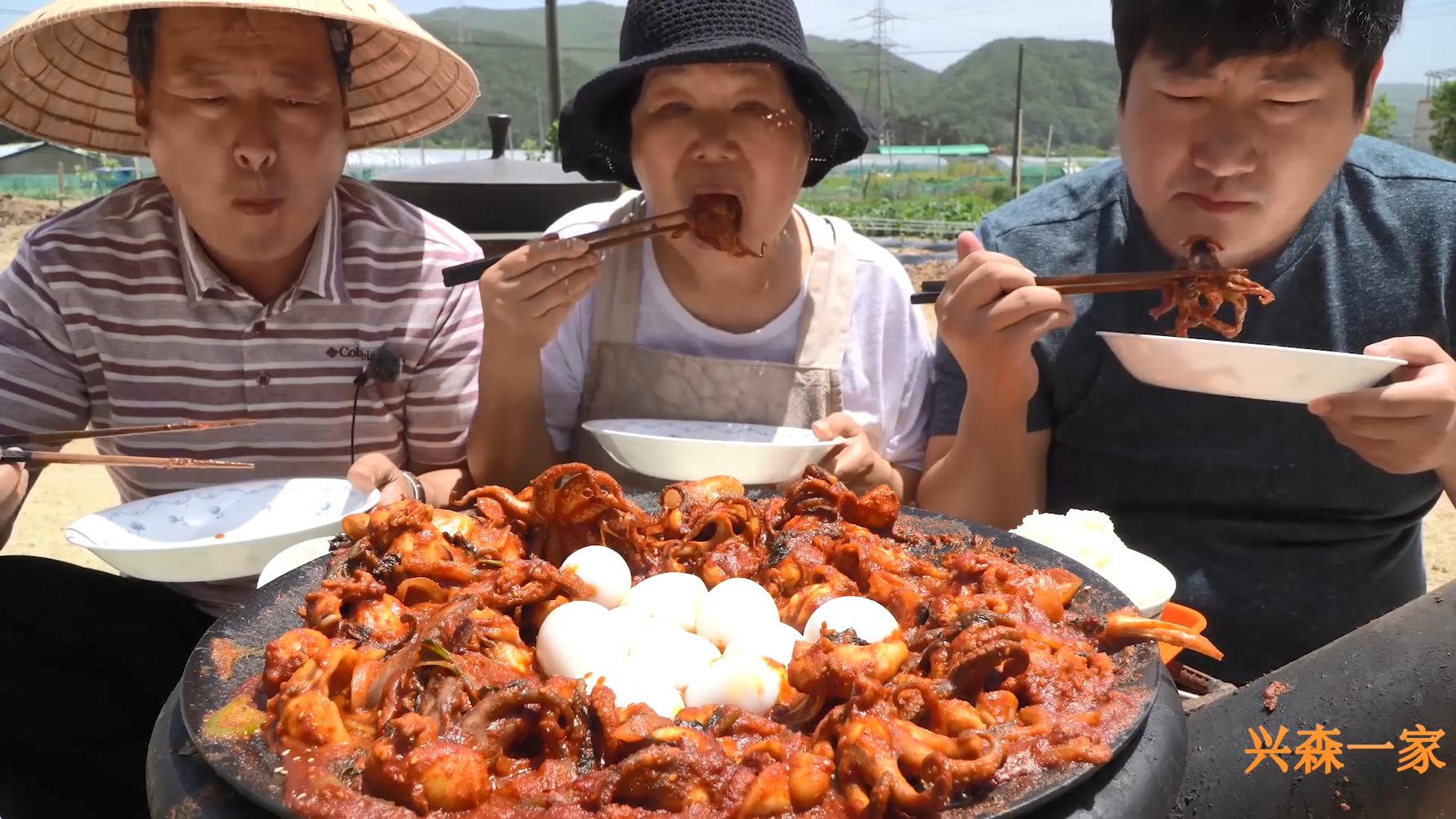 超辣味八爪鱼配上软糯的米饭,再咬一口鸡蛋,美味极了!