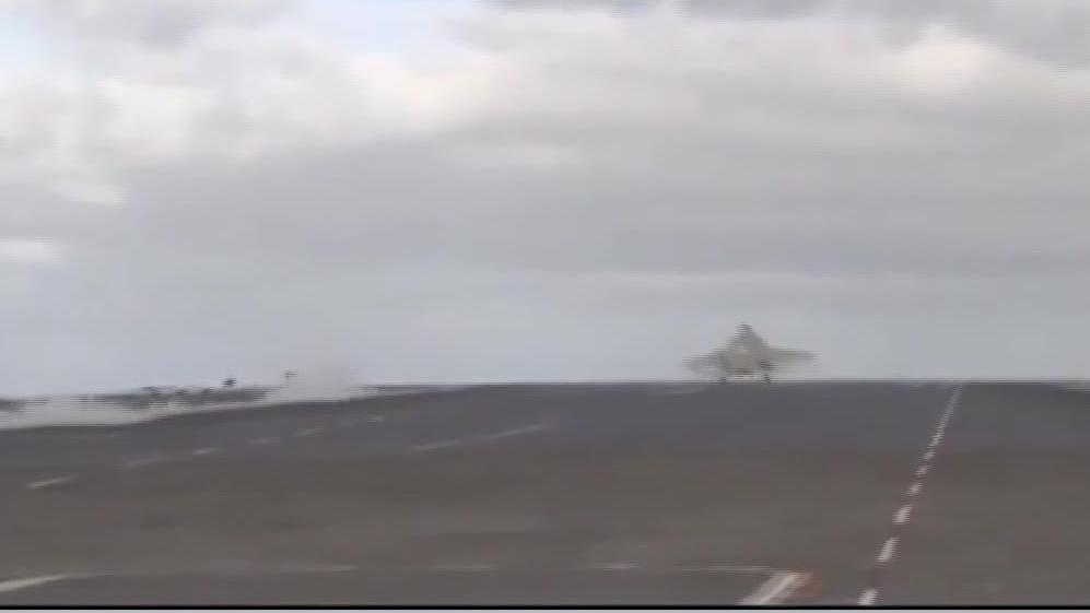 起飞后急坠消失在甲板线 F35弹射起飞现惊险一幕