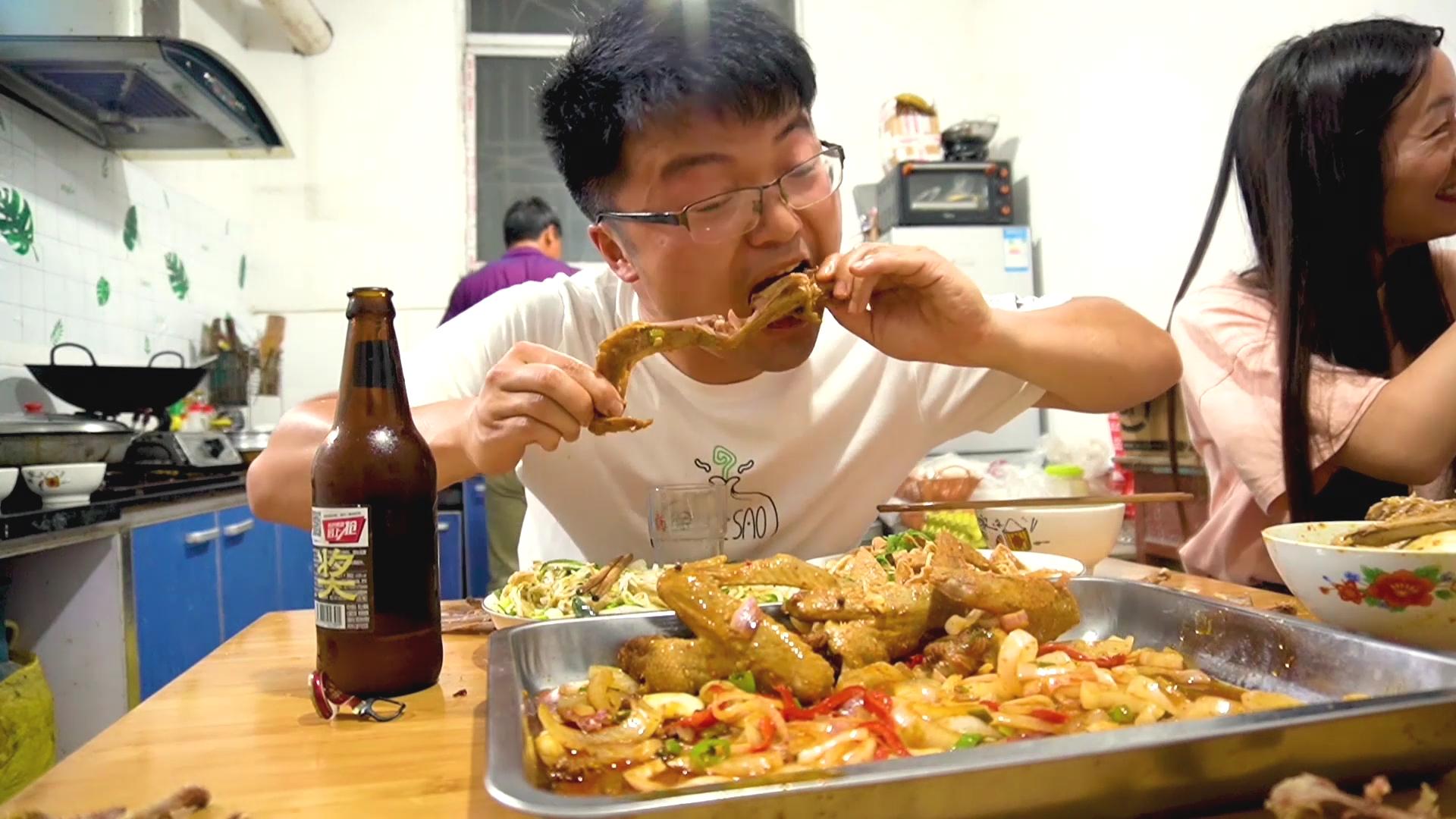 魔鬼椒腌肉,辣椒粉做底,四斤鸭翅做一大盆麻辣鸭,大sao吃爽了