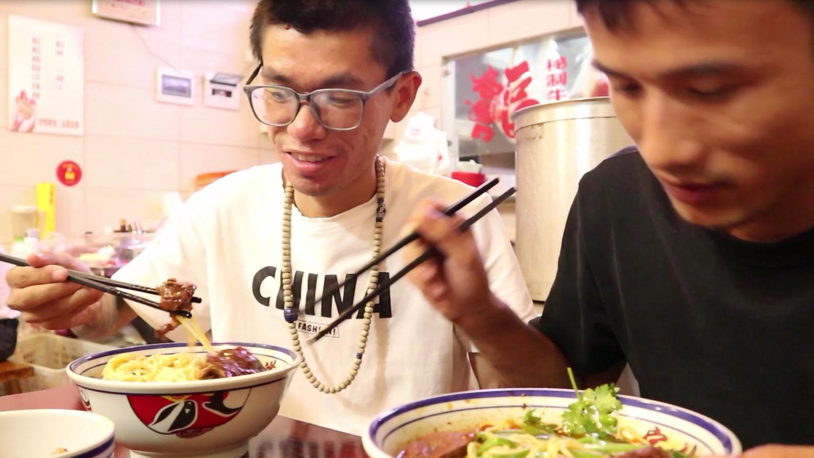 来到重庆吃重庆小面,18一碗,居然和外地的完全不一样