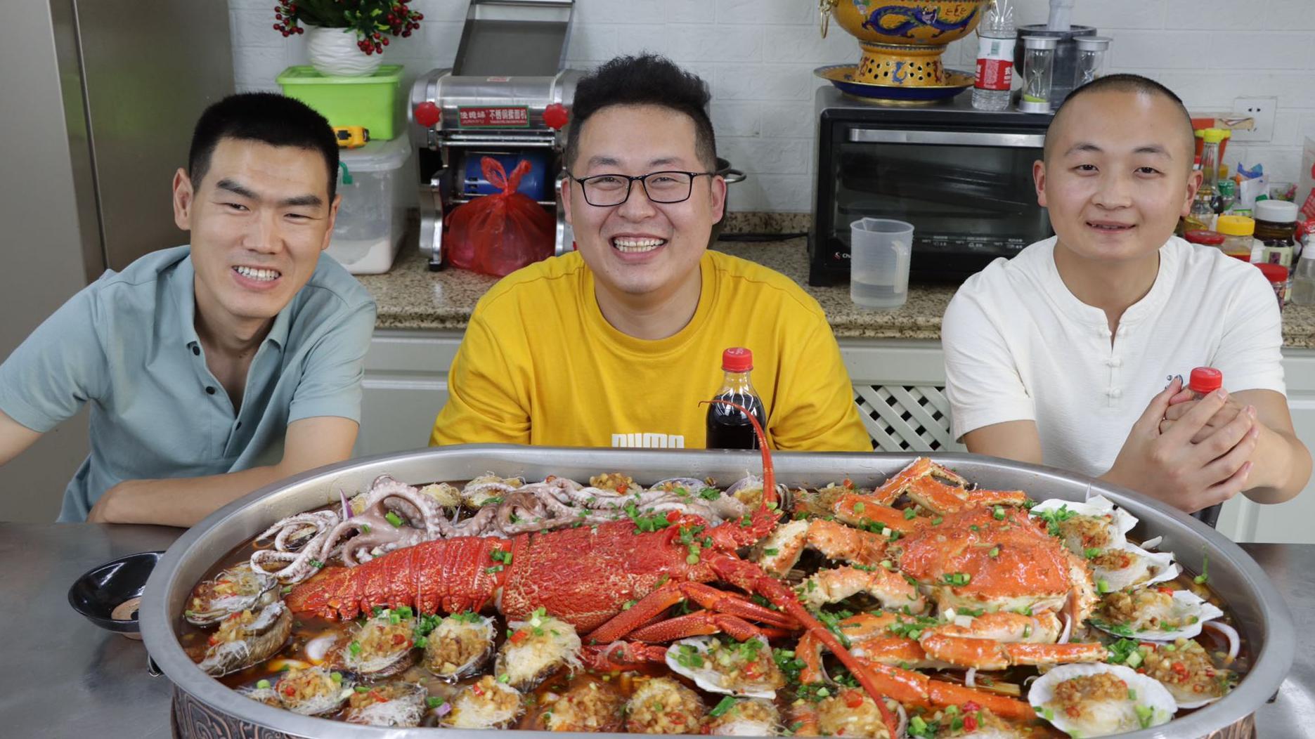 阿远大冬来家玩,3600买一只澳龙一只帝王蟹,做道海鲜大咖来待客