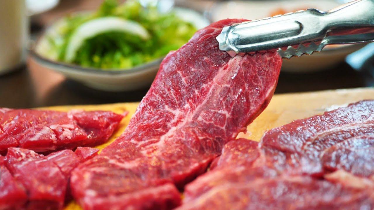 都说韩国牛肉很贵,看看他是怎么吃的,烤韩牛一份接着一份,吃得真过瘾!
