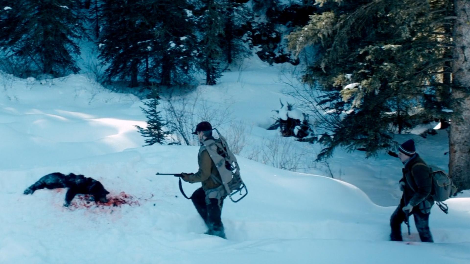 父子进入深山打猎,发现一具不同寻常的尸体,看清后脸色巨变
