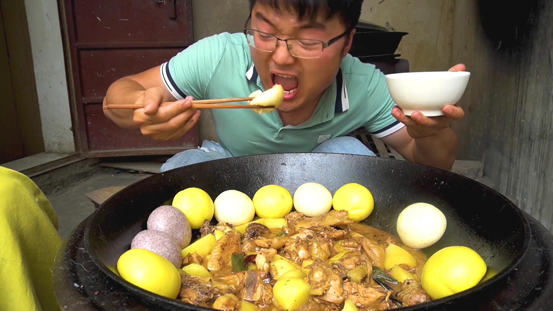 30箱啤酒,5斤大公鸡,媳妇种的土豆,柴火地锅炖鸡,告别料酒了