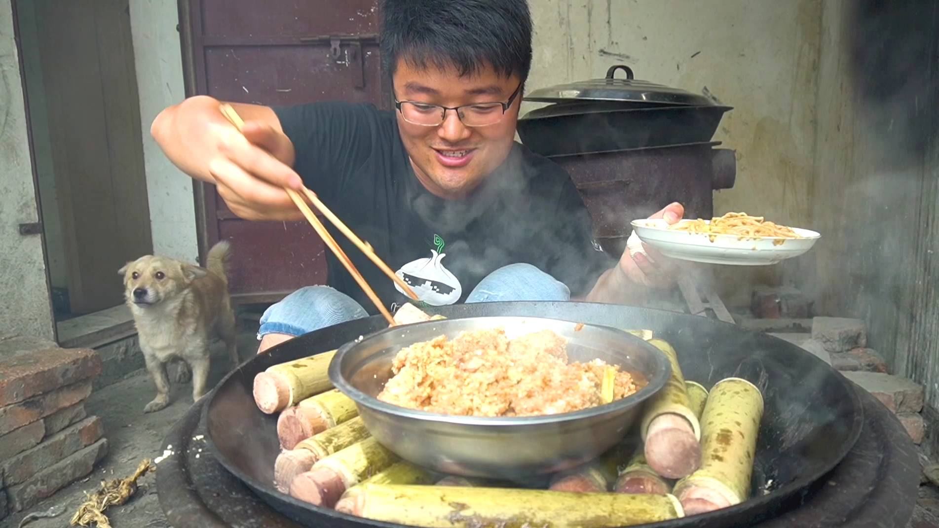 大热天吃地锅排骨,四斤肋排一大锅,竹筒蒸着吃过瘾,一锅做少了