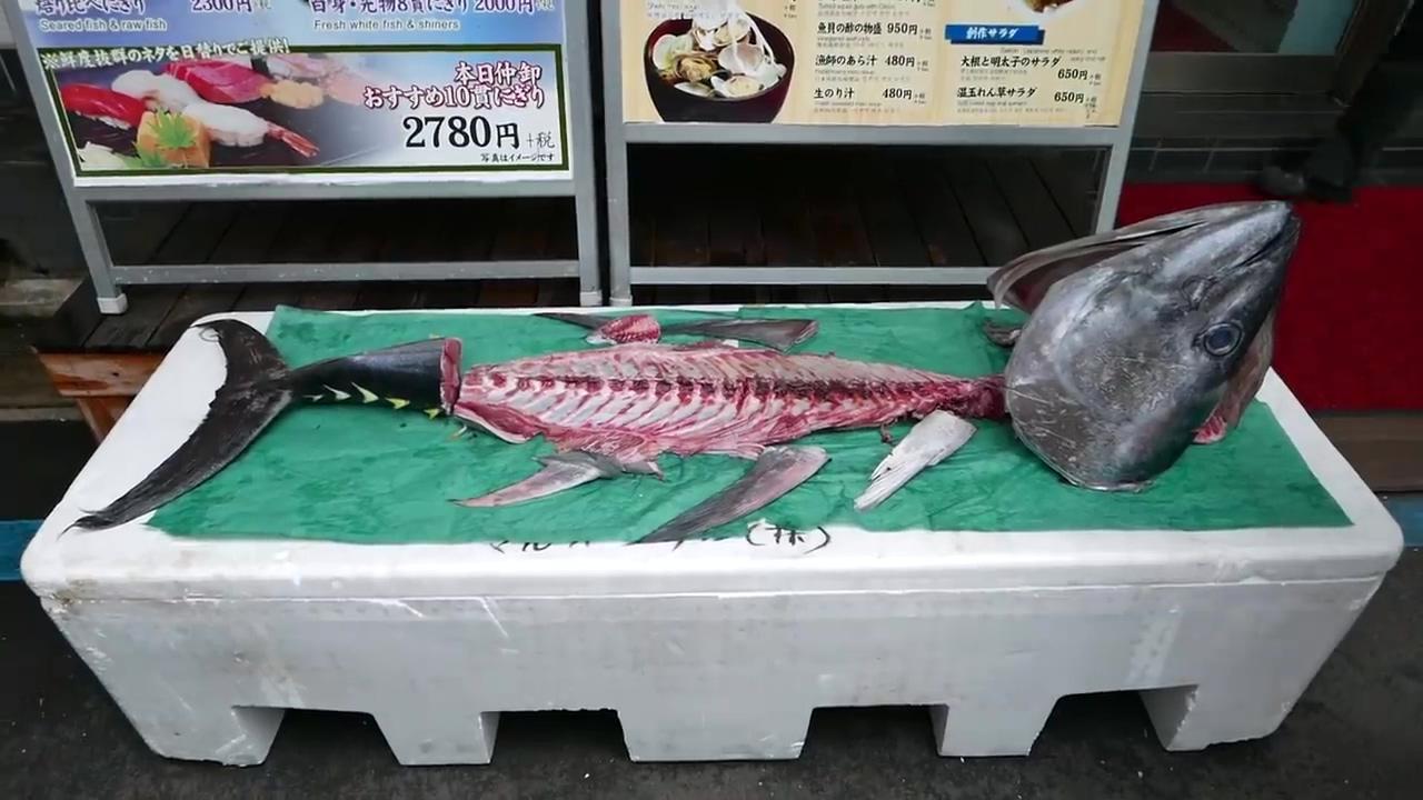 日本街头美食 -- 超大只金枪鱼现切做寿司