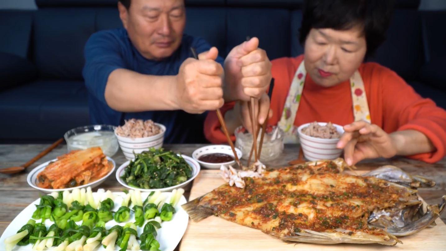 铁锅蒸超大石斑鱼,酱料唰唰抹到上面,貌似抹的多了!
