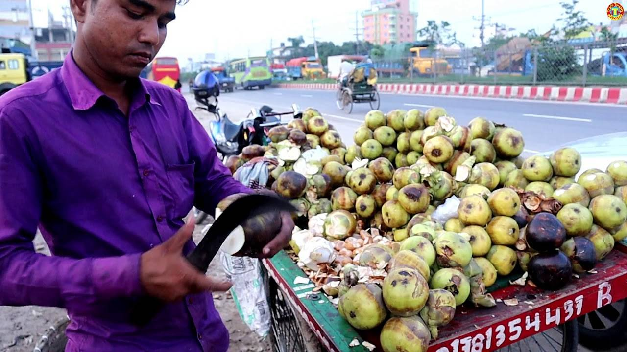 看看印度人如何砍棕榈果的,好怕他砍到手!