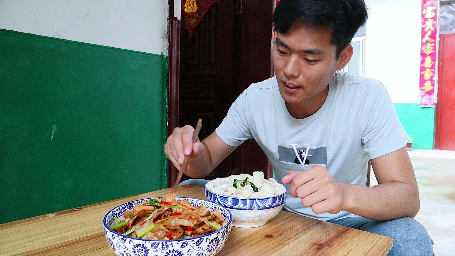 小宋今天做井冈山豆皮,豆皮香韧入味,再来一碗面条,吃过瘾了