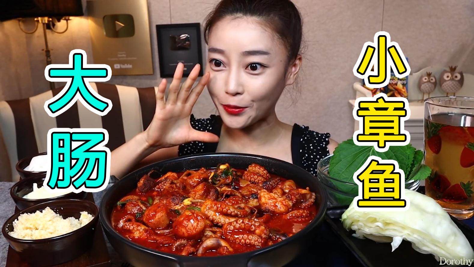 享用大肠小章鱼锅,配上飞鱼籽和蛋黄酱一起吃,别有一番风味!